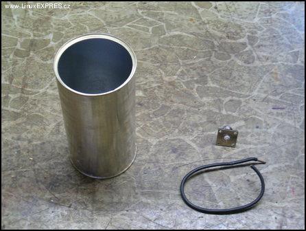Obrázek: Co potřebujeme? Plechovku, konektor a kousek měděného drátu.