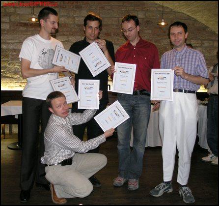 Obrázek: Petr Kadlec (Wikipedia), Pavel Franc (CZilla), Leoš Literák (AbcLinuxu.cz), Dan Ohnesorg, v pokleku Michal Franěk (LinuxExpo)